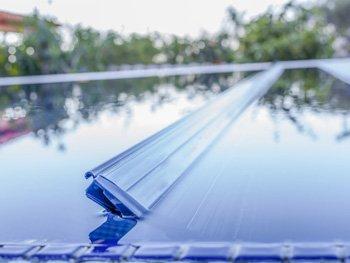 Ein Profil der Schwimmbadabdeckung gleitet aus dem Wasser